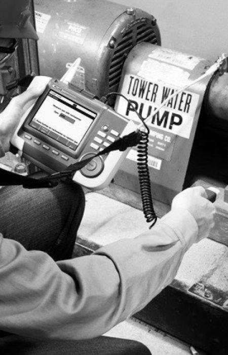 """Dar a conocer los principios de la transferencia de calor aplicados a las técnicas de inspección Termográfica. Familiarizar a los asistentes en el uso y calibración de las cámaras Termográficas, que incluirá, técnicas de """"seteo"""", emisividad, temperatura reflejada, etc. Estar en la capacidad de elaborar reportes técnicos con termogramas de acuerdo a un procedimiento escrito. Conocer las aplicaciones de la inspección termográfica en las áreas de mantenimiento predictivo mecánico y eléctrico, control de procesos, ahorro de energía, etc."""